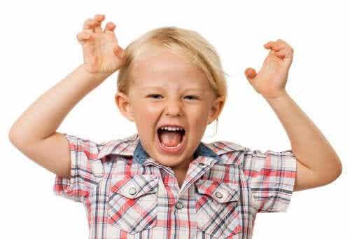 Ett hyperaktivt barn skriker.