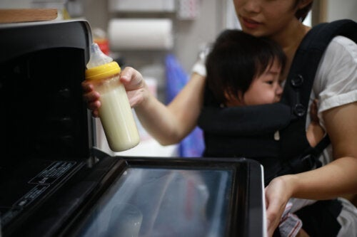 Är det okej att värma ditt barns mjölk i mikrovågsugnen?