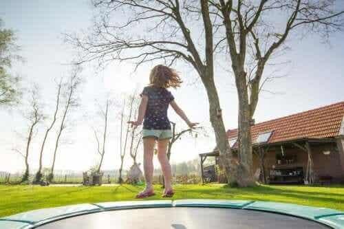 En flicka hoppar på studsmatta.