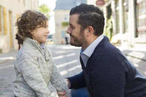 Stimulera språkutvecklingen: En pappa pratar med sin lilla son.